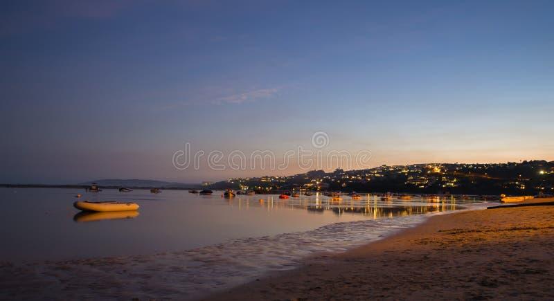 Crepúsculo sobre um rio na baía de Plettenberg, África do Sul imagens de stock royalty free