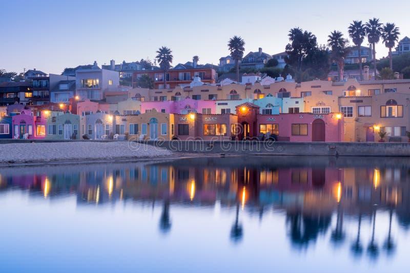 Crepúsculo sobre a vila de Capitola Capitola, Santa Cruz County, Califórnia, EUA fotografia de stock royalty free
