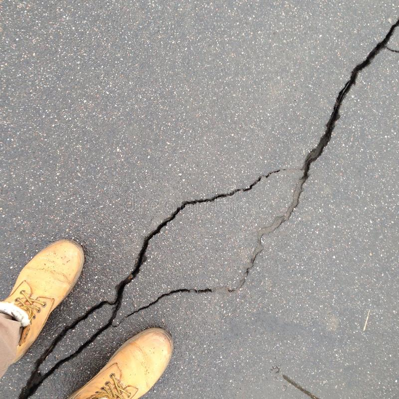 Crepa in asfalto immagini stock
