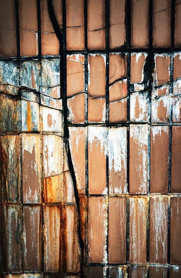 Crepa astratta nella piastrellatura della parete fotografia stock