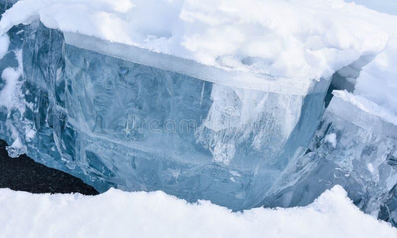Crepa in lago con ghiaccio spesso fotografia stock