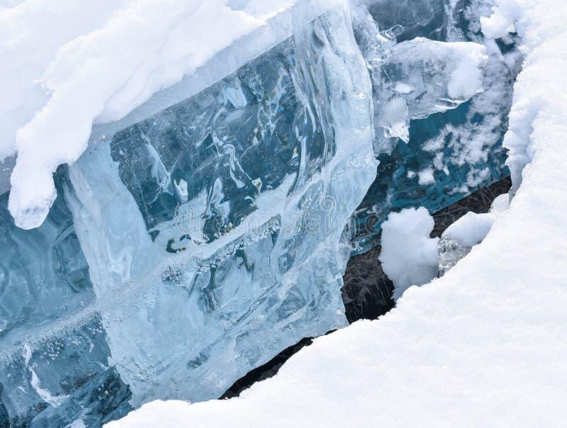 Crepa in lago con ghiaccio spesso fotografie stock