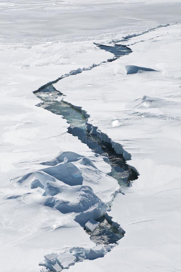 Crepa nel ghiaccio fotografia stock libera da diritti