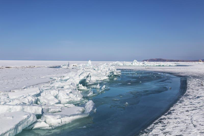 Crepa nel ghiaccio del lago Baikal Rovine di vecchia chiesa in Russia, Siberia fotografia stock libera da diritti