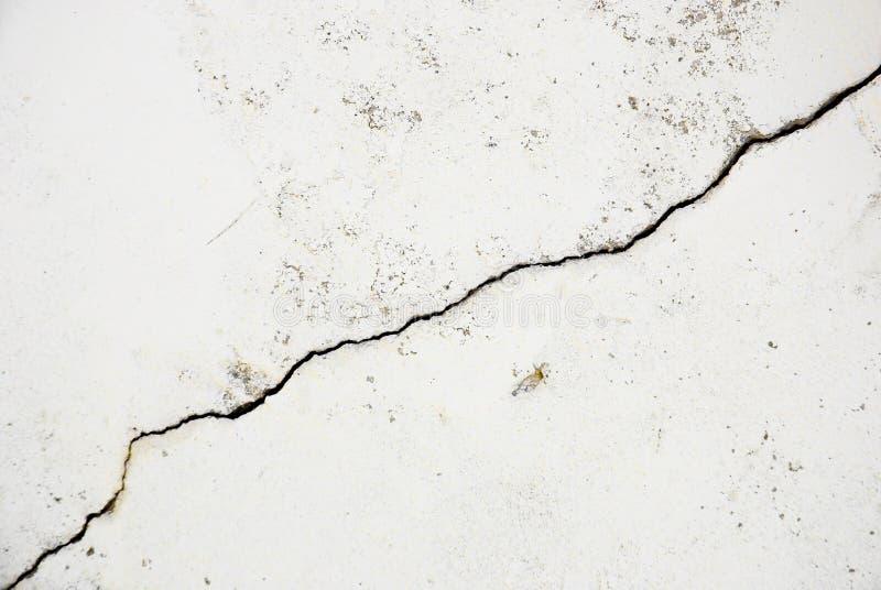 Crepa pronunciata in una parete immagini stock libere da diritti