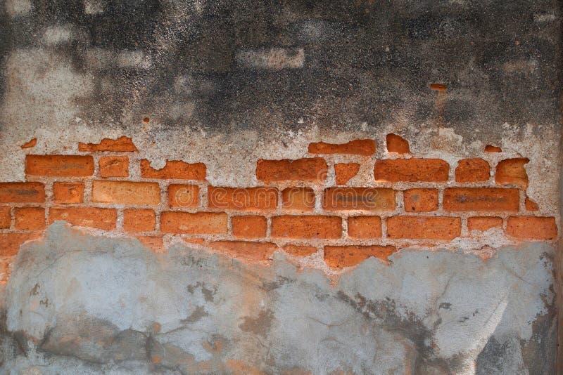 Crepa sporca del cemento sul vecchio muro di mattoni rosso d'annata Mattone antico immagini stock libere da diritti
