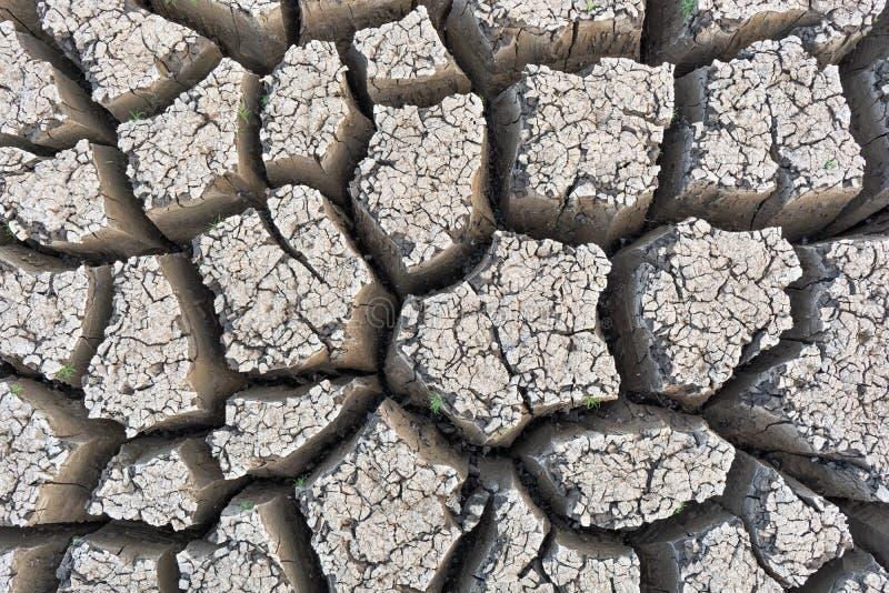 Crepa su terra dovuto la siccità ed il riscaldamento globale immagini stock libere da diritti