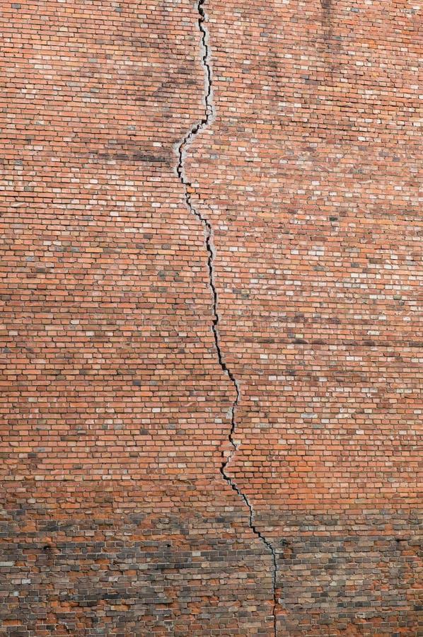 Crepa in un muro di mattoni rosso fotografia stock libera da diritti