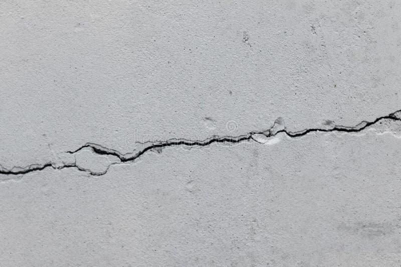 Crepa in un vecchio muro di cemento immagini stock