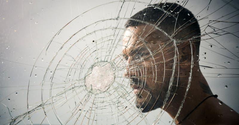crepa uomo macho dietro vetro schiacciato rabbia distruzione furto della prova di schiacciamento scarico emozionale Foro di richi immagine stock libera da diritti