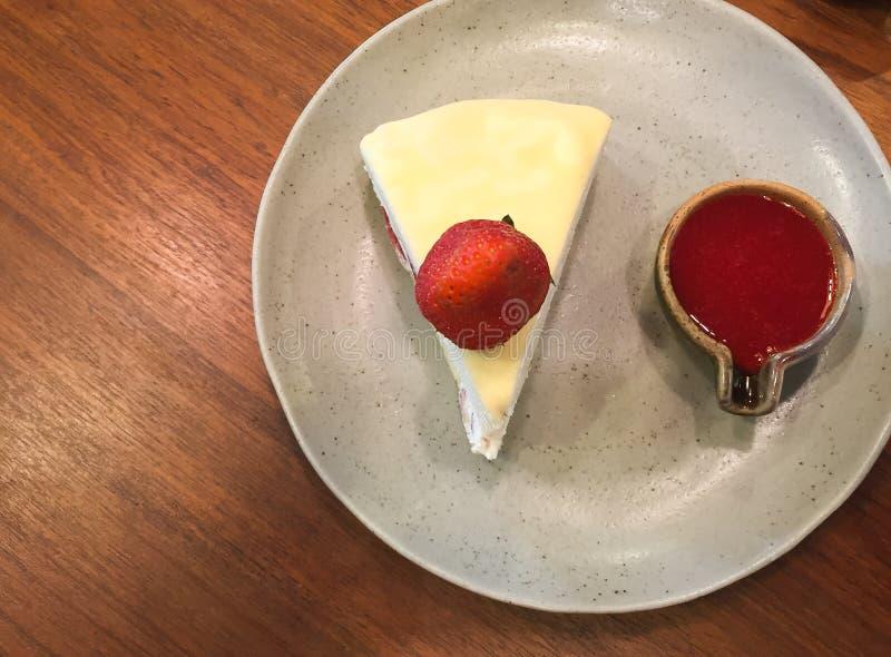 Crepe η φράουλα κέικ με τη σάλτσα φραουλών στη τοπ άποψη στοκ εικόνες με δικαίωμα ελεύθερης χρήσης