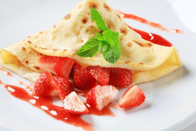 Crepe avec les fraises fraîches images stock