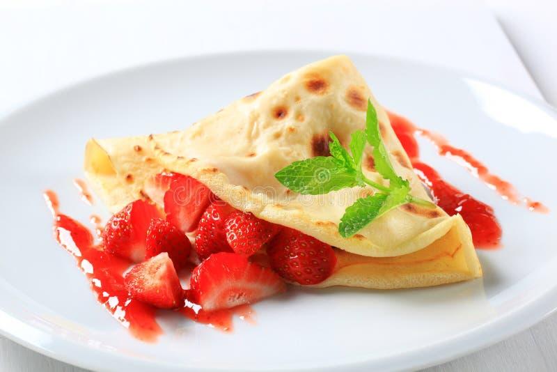 Crepe avec les fraises fraîches image stock