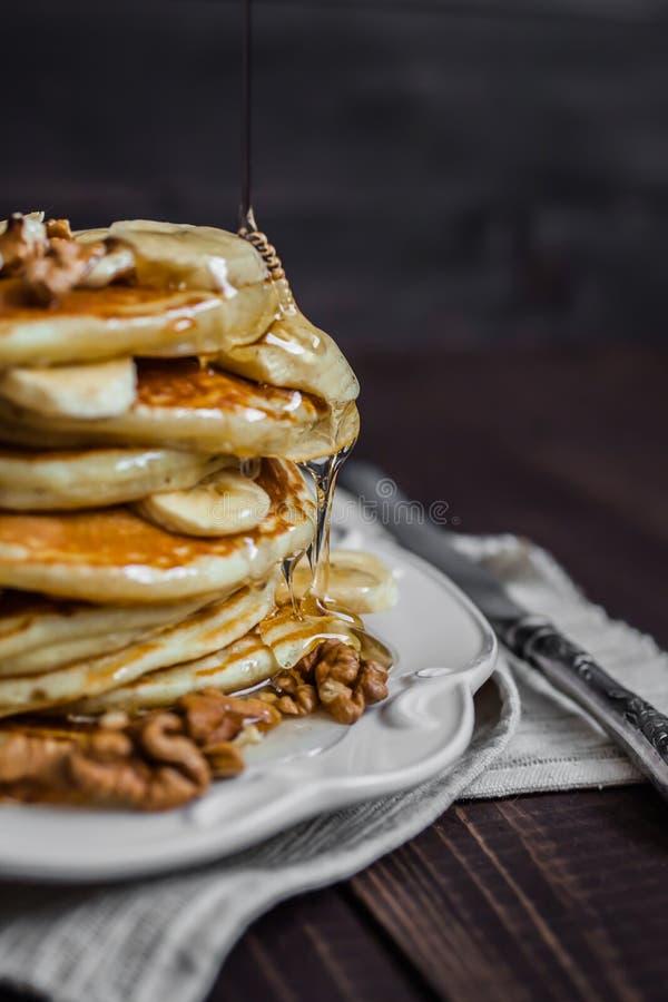 Crepe con la miel, las nueces y los plátanos imagen de archivo libre de regalías