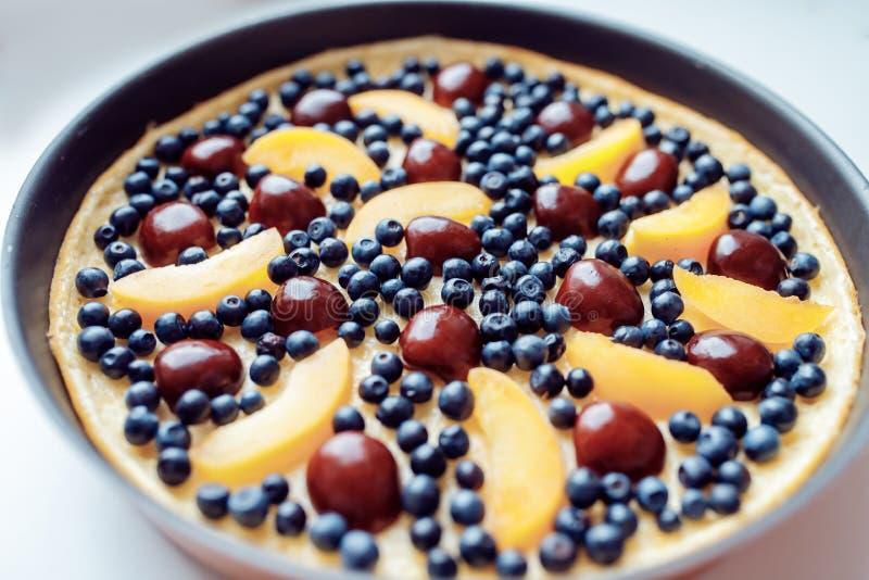 Crepe con las frutas frescas y las bayas imágenes de archivo libres de regalías