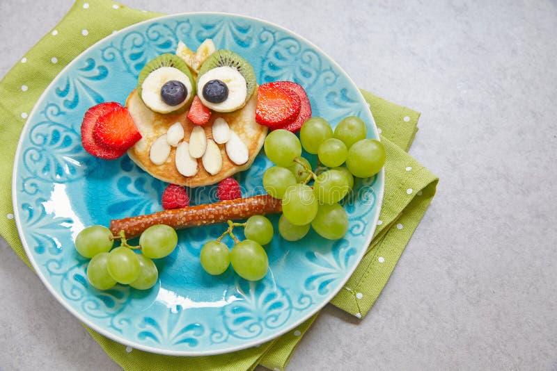 Crepe del búho para el desayuno de los niños imagen de archivo