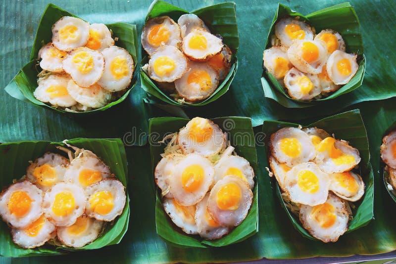 Crepe del huevo de codornices, mortero del huevo de codornices, comida tailandesa de la calle fotos de archivo