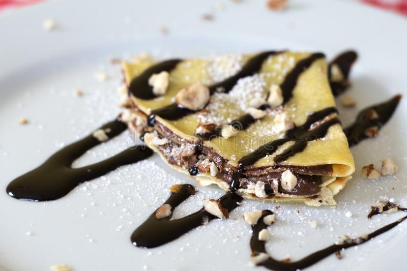 Crepe do chocolate na placa fotografia de stock royalty free