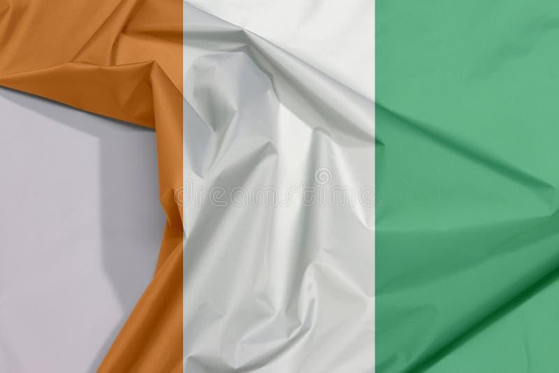 Crepe e vinco da bandeira da tela da Costa do Marfim com espaço branco foto de stock royalty free