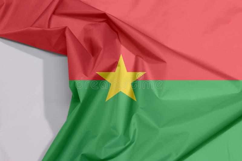 Crepe e vinco da bandeira da tela de Burkina Faso com espaço branco imagens de stock royalty free