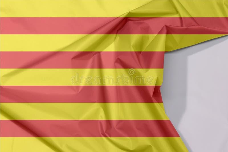 Crepe e vinco da bandeira da tela de Catalunya com espaço branco fotos de stock royalty free