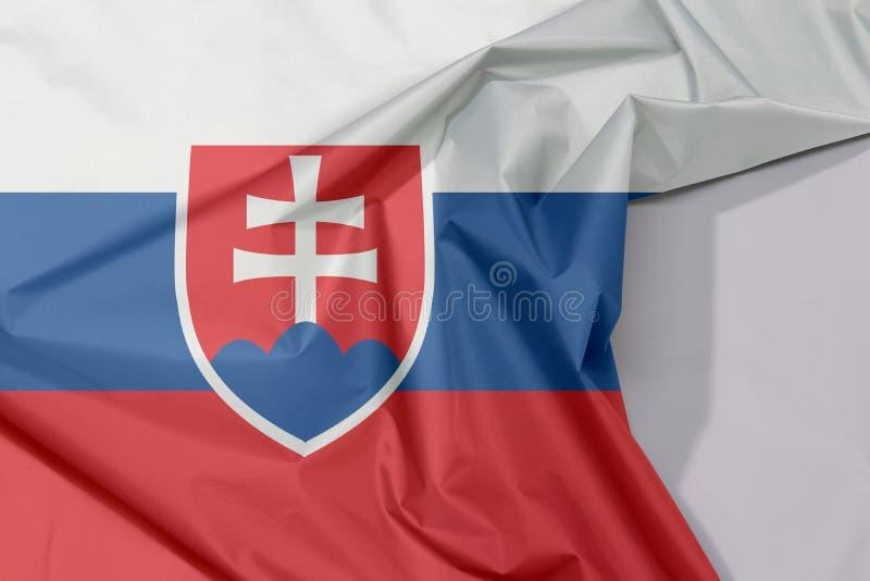 Crepe e vinco da bandeira da tela de Eslováquia com espaço branco imagem de stock royalty free