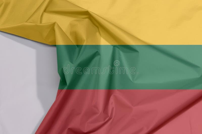 Crepe e vinco da bandeira da tela de Lituânia com espaço branco imagem de stock royalty free