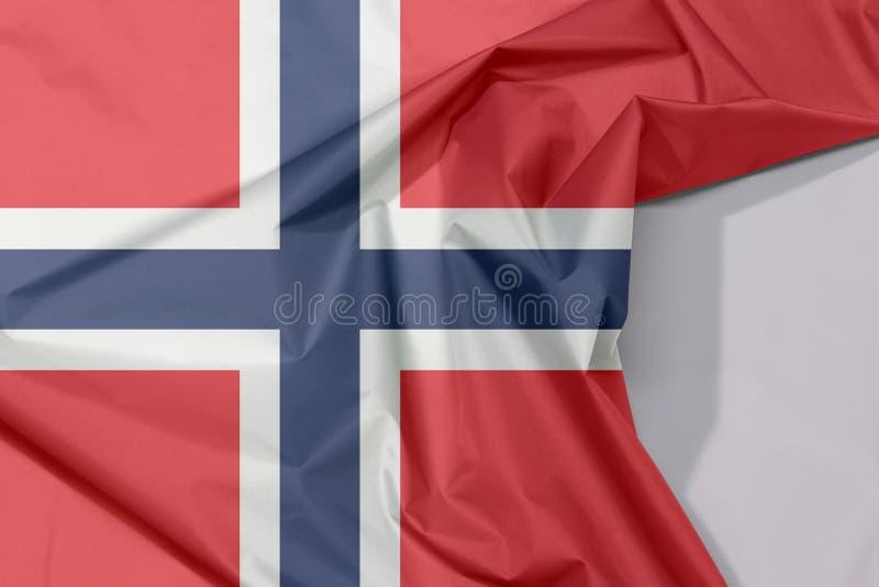 Crepe e vinco da bandeira da tela de Noruega com espaço branco fotos de stock