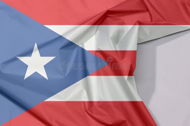 Crepe e vinco da bandeira da tela de Porto Rico com espaço branco foto de stock royalty free