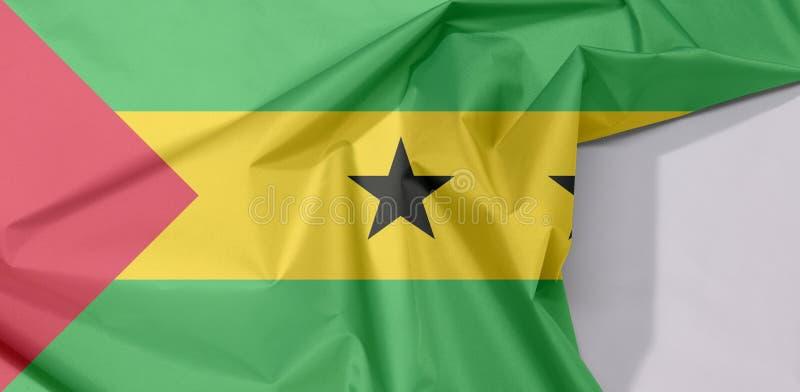Crepe e vinco da bandeira da tela de Sao Tome and Principe com espaço branco fotografia de stock