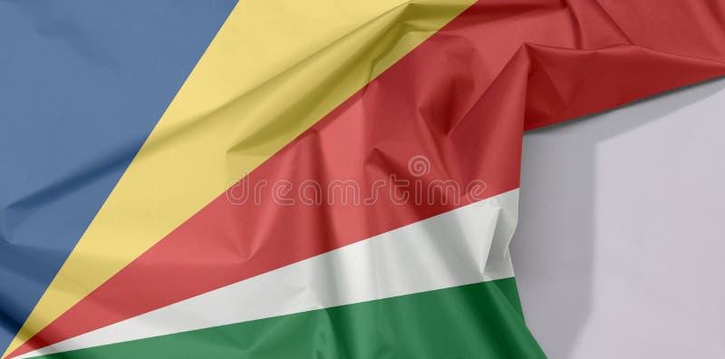 Crepe e vinco da bandeira da tela de Seychelles com espaço branco foto de stock