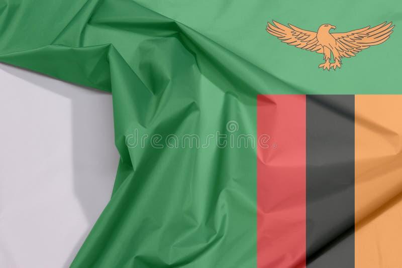 Crepe e vinco da bandeira da tela da Zâmbia com espaço branco fotografia de stock