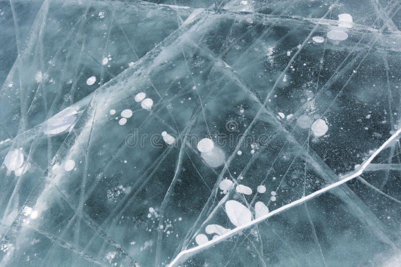 Crepe in ghiaccio del turchese del lago Baikal Struttura di inverno; fotografia stock libera da diritti