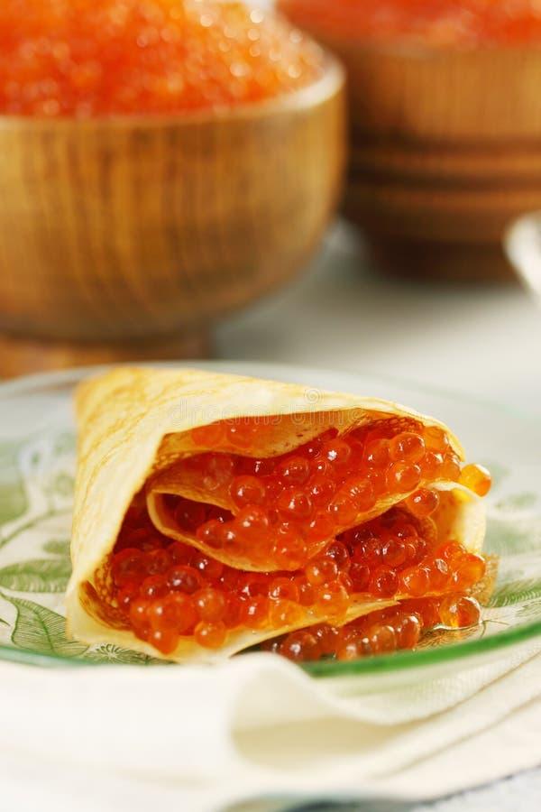 Crepe rellena con el caviar rojo fotografía de archivo