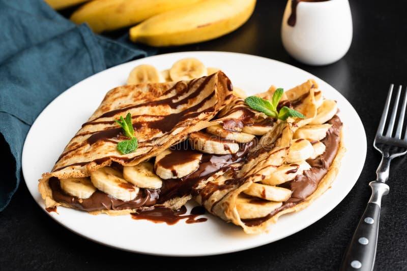 Crepe saboroso com propagação e banana do chocolate da avelã fotografia de stock