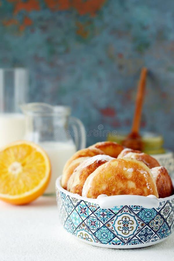 Crepe Suzette das panquecas para o café da manhã com molho alaranjado do caramelo, fatias alaranjadas, cal e entusiasmo alaranjad foto de stock