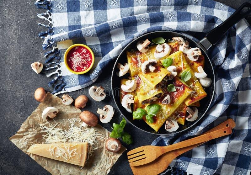 Crepes με την πλήρωση τυριών και μανιταριών, τοπ άποψη στοκ φωτογραφία με δικαίωμα ελεύθερης χρήσης