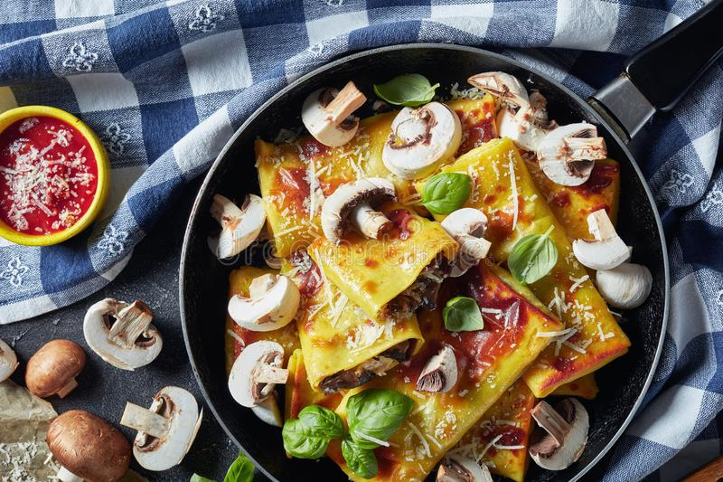 Crepes με την πλήρωση τυριών και μανιταριών, flatlay στοκ εικόνα με δικαίωμα ελεύθερης χρήσης