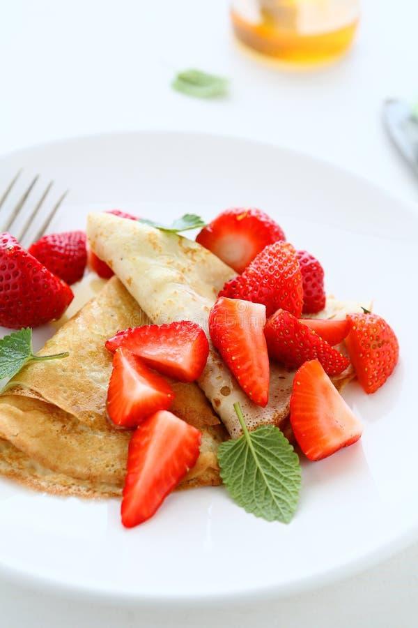 Crepes με τις φράουλες και το μέλι στοκ εικόνα