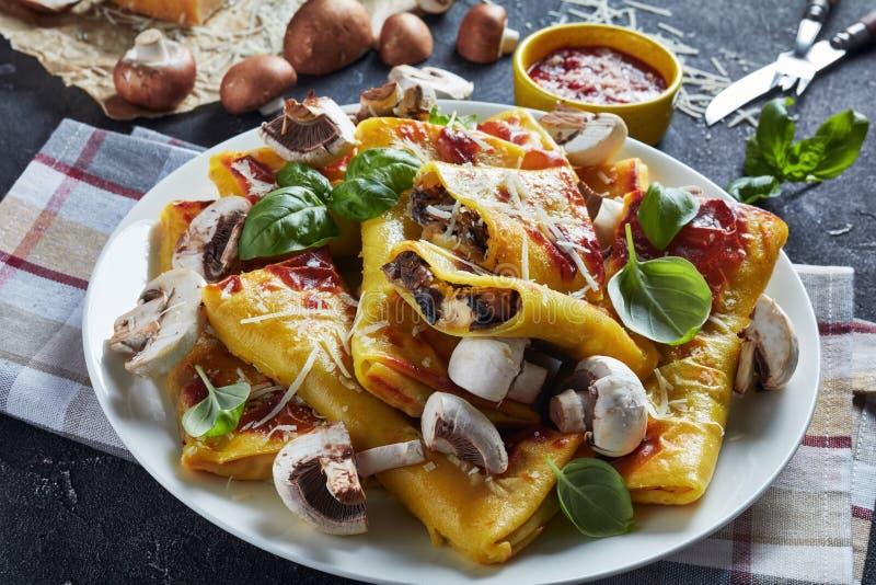 Crepes με το τυρί και η πλήρωση μανιταριών, κλείνει επάνω στοκ φωτογραφία με δικαίωμα ελεύθερης χρήσης