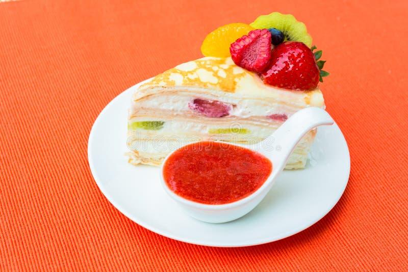 Crepes το κέικ με τη σάλτσα πορτοκαλιών, ακτινίδιων και φραουλών στοκ εικόνες
