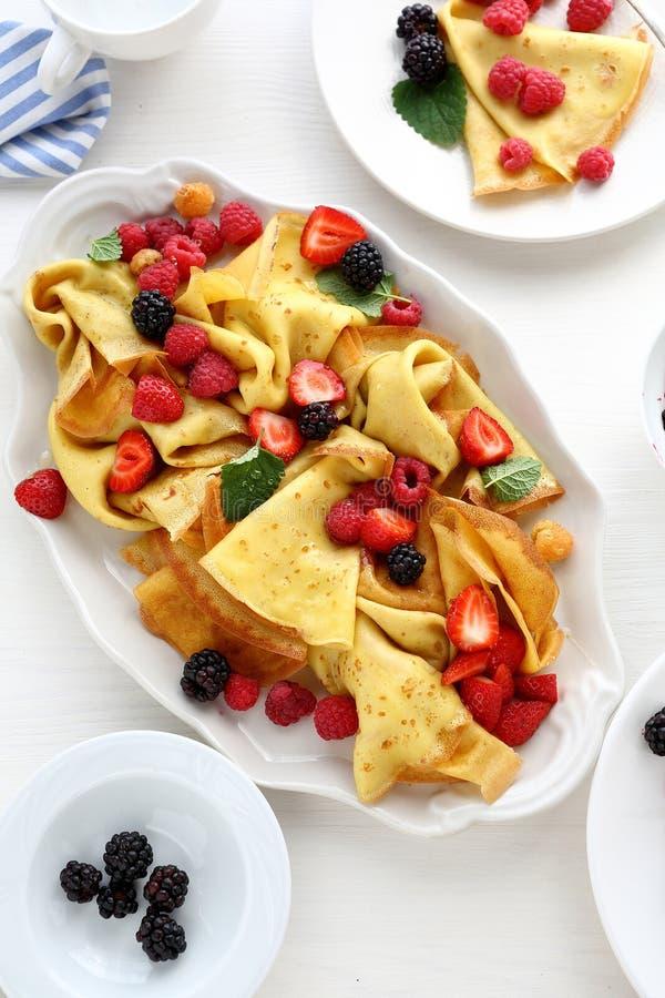 Crepes с свежими ягодами и медом стоковое изображение rf