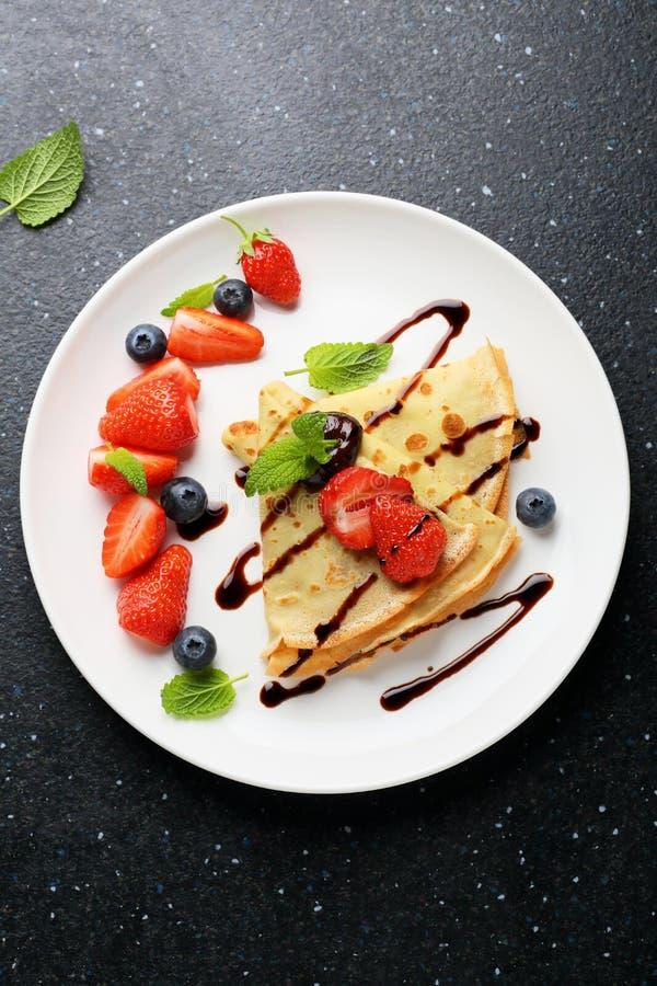 Crepes с свежими ягодами и соусом стоковая фотография