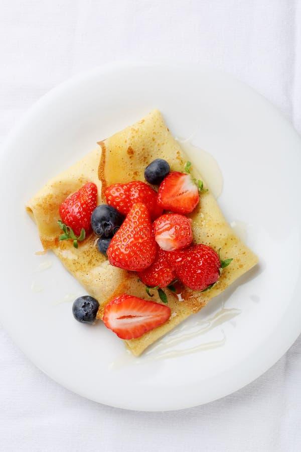 Crepes француза с свежими ягодами лета стоковые фото