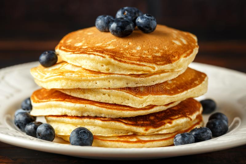 Crepes americanas hechas en casa del arándano Estilo rústico del desayuno sano de la mañana foto de archivo