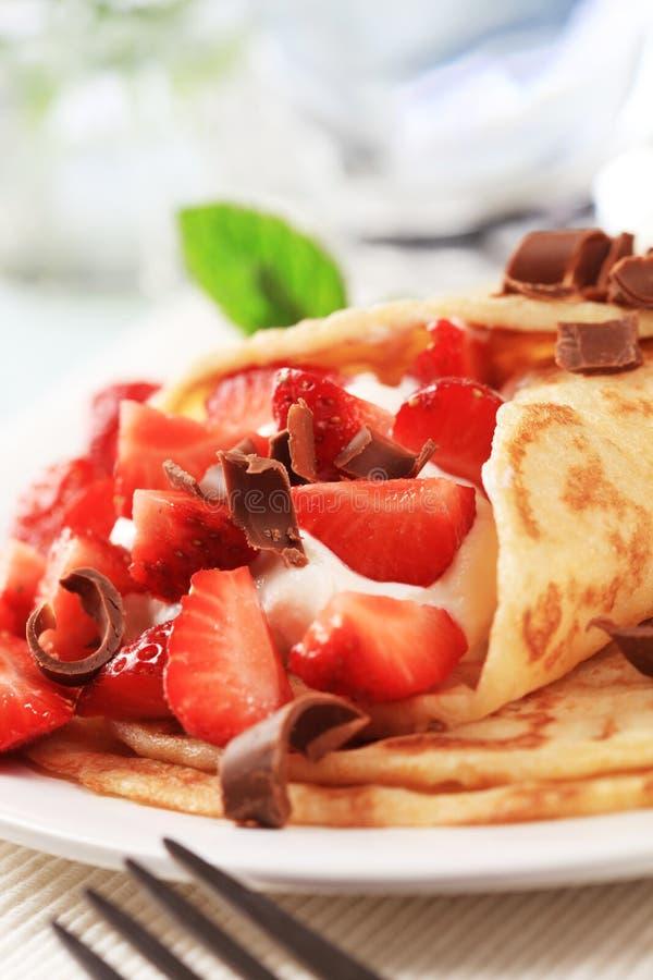 Crepes avec le formage caillé et les fraises photo stock