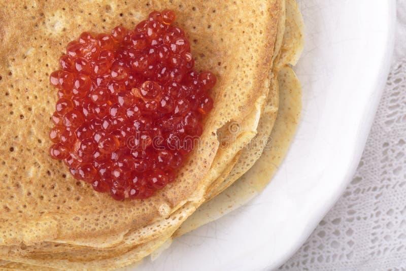 Crepes caseiros com caviar vermelho fotografia de stock