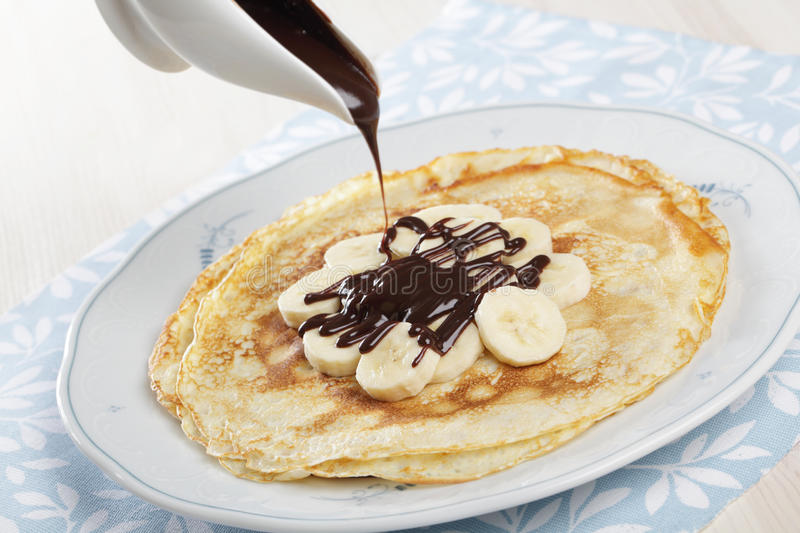 Crepes com banana e chocolate foto de stock