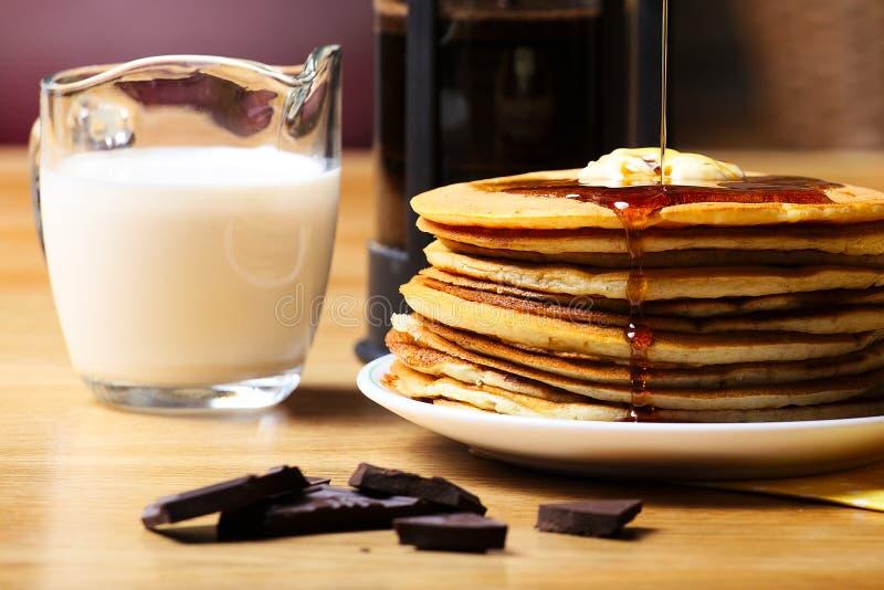 Crepes com chocolate e leite fotografia de stock royalty free