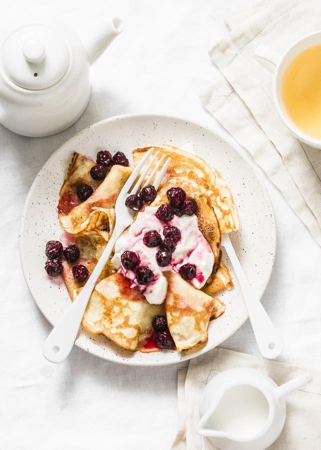 Crepes com molho da cereja e creme em um fundo claro, vista superior Pequeno almoço delicioso fotos de stock royalty free